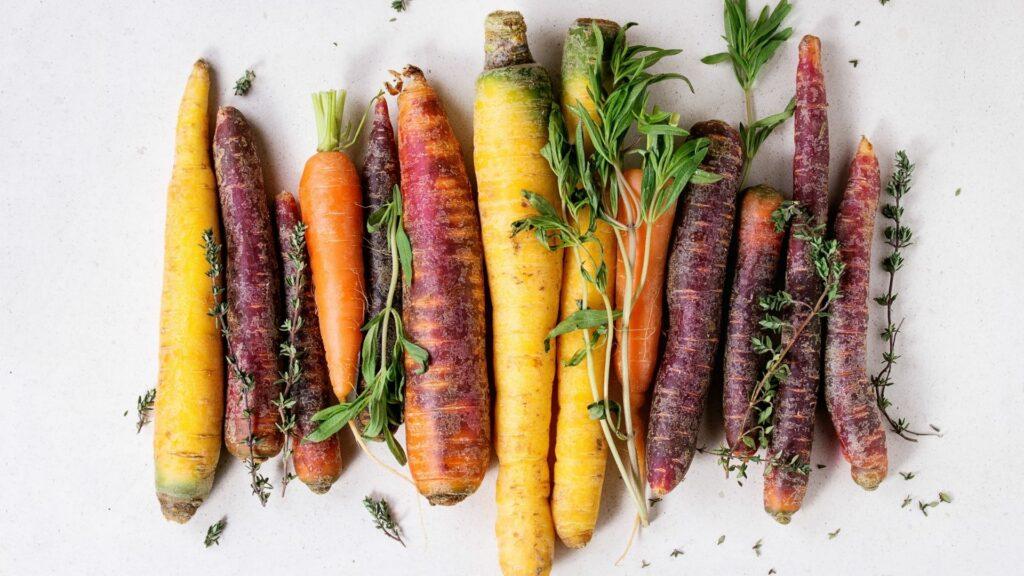Dal sale rosa alla patata viola alla mozzarella nera, non si contano le nuance bizzarre degli alimenti che arrivano in tavola